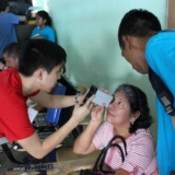 SVOSH volunteers giving eye exams in Panama