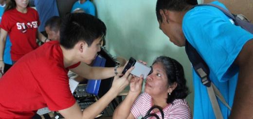 SVOSH volunteers giving eye exams in Panama